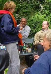 Muzikanten en dirigent van Westerharmonie in gesprek met muzikante van harmonie uit Edinburgh tijdens de picknick