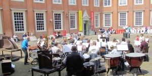 WesterHarmonie geeft een voorjaarsconcert op de binnenplaats van het Amsterdam Museum (2012)