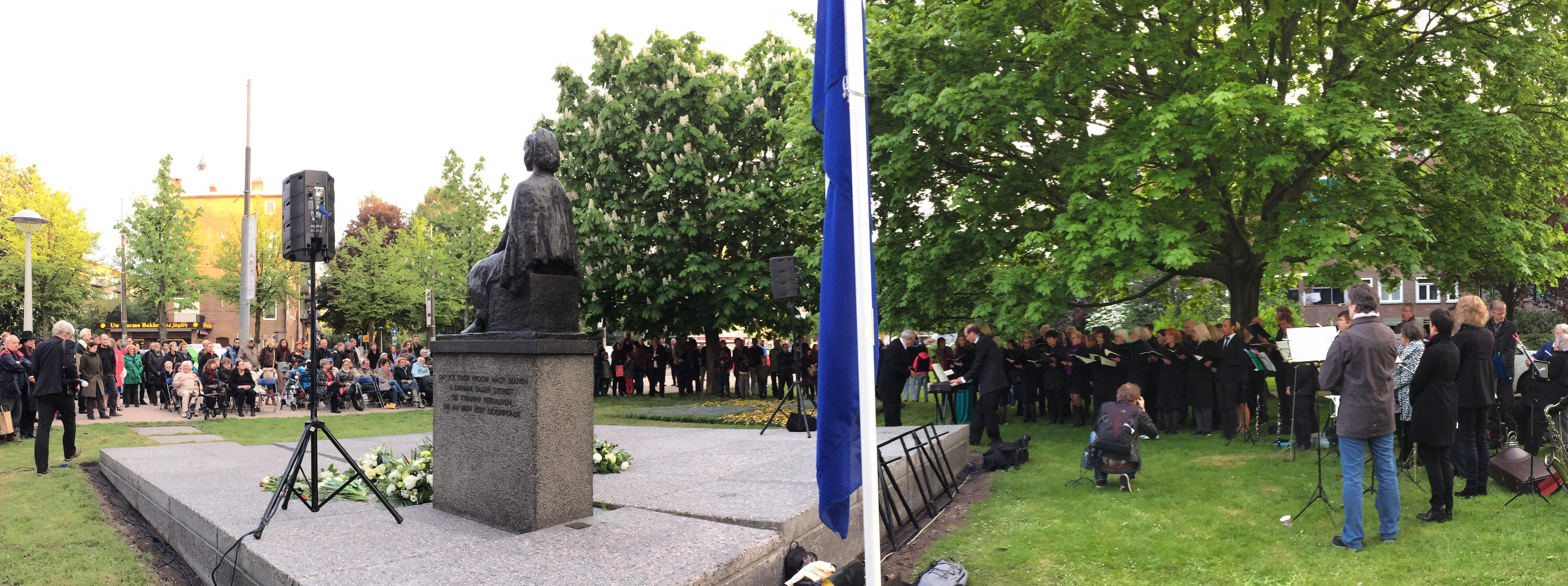 monument de zittende vrouw tijdens de dodenherdenking